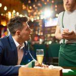 中高年同士のデートで割り勘をする男性の考え